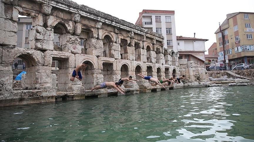 İki bin yıllık hamamda kış ortasında yüzme keyfi 1