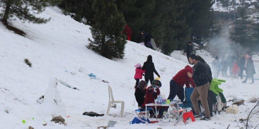 Adanalılar kar görebilmek için 80 kilometre mesafe kat ediyor