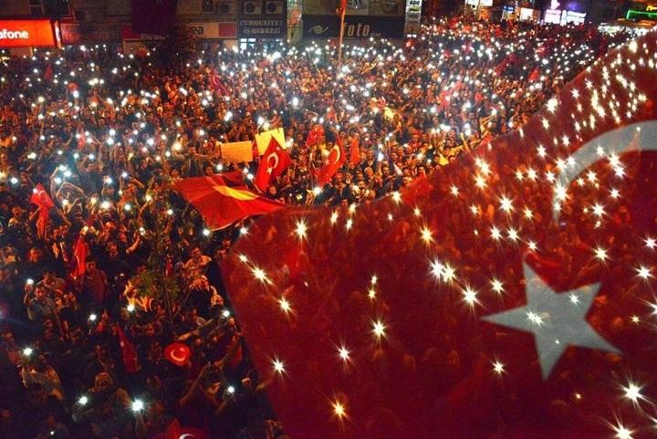 Türk demokrasisi yalnız bırakıldı