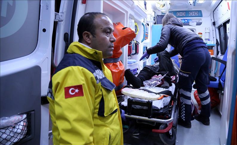 Mersin'de devrilen tırın sürücüsü öldü