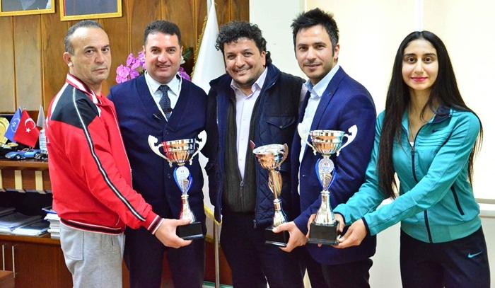 5 Ocak Adana'nın Kurtuluşu Kick Boks müsabakalarında derece yapan kulüplere kupalarını..