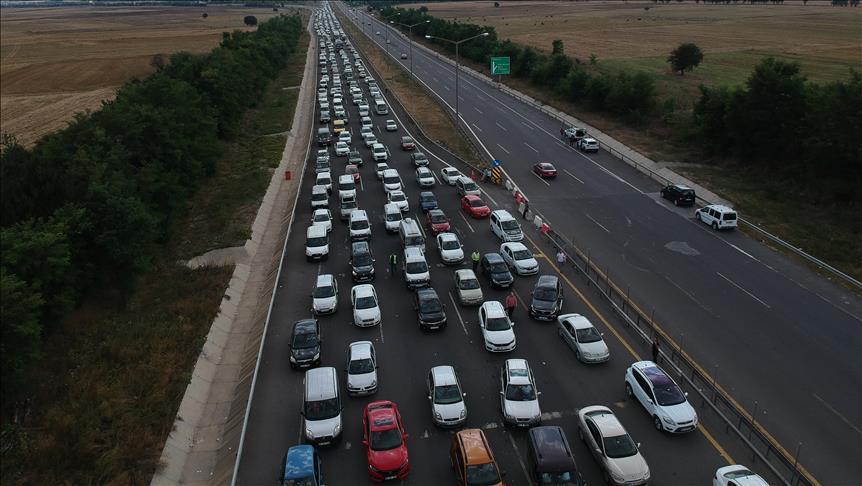 Tatilciler Anadolu Otoyolu'nda 30 kilometrelik araç kuyruğu oluşturdu