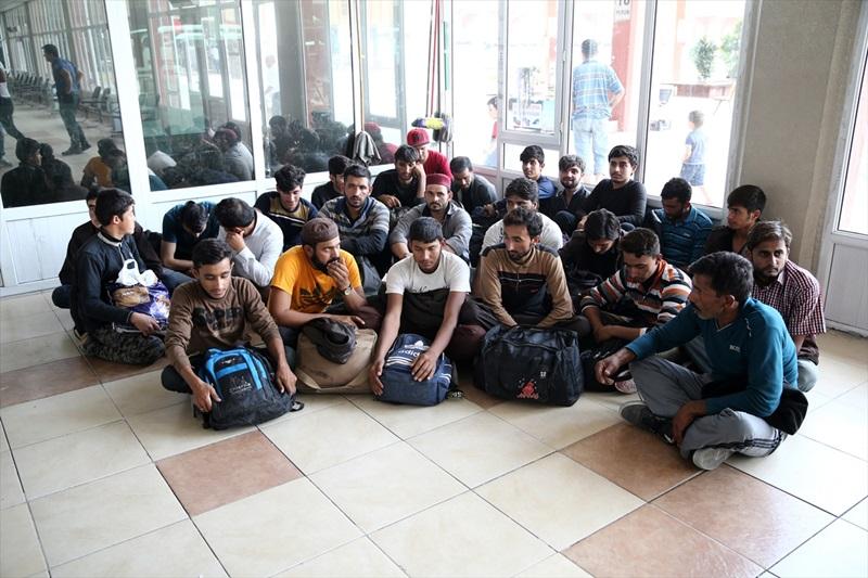 Adana'da 25 düzensiz göçmen yakalandı