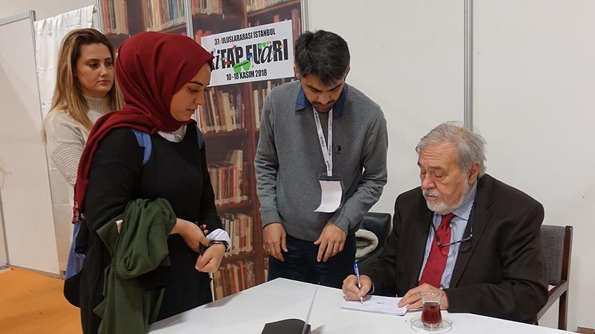 Ünlü yazarlar TÜYAP'ta kitaplarını imzaladı