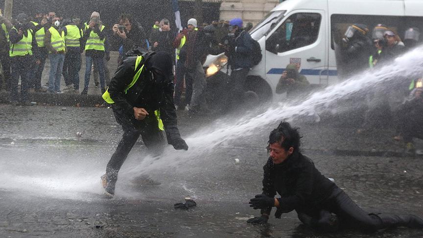Paris'te sarı yeleklilere müdahale: 102 gözaltı