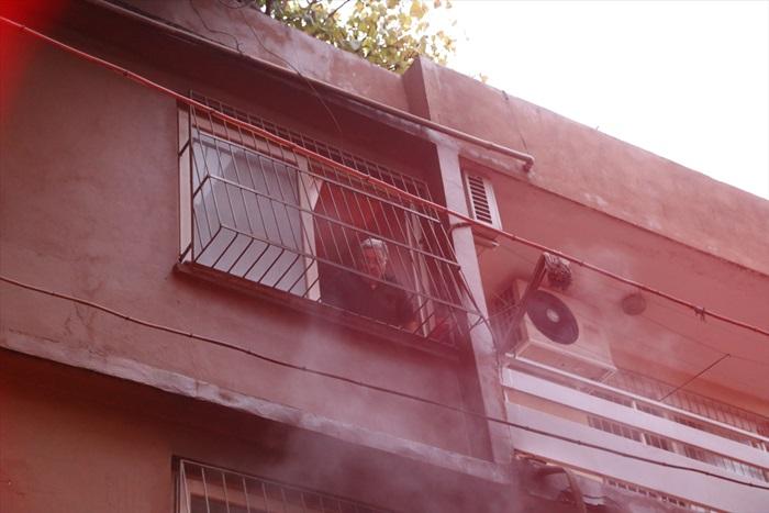 Adana'da yangında mahsur kalan 4 kişiyi itfaiye ekipleri kurtardı