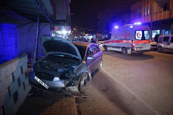 Adana'da otomobiller çarpıştı: 2 yaralı