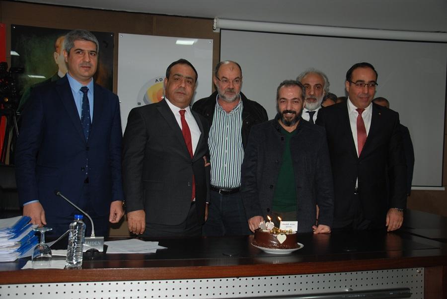 Mecliste gazetecilere yaş pasta ikramı..