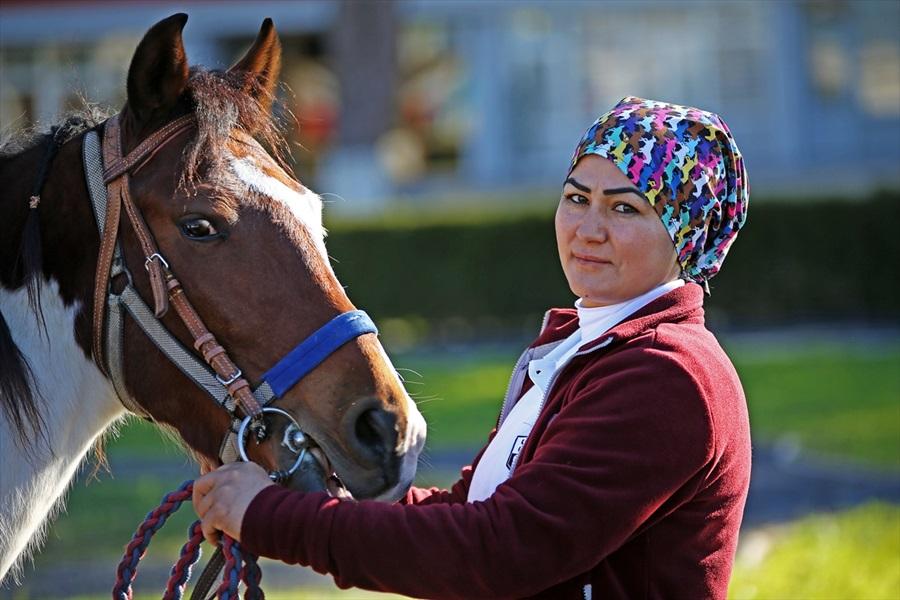 Kadın seyis, atları çocuklarından ayırt etmiyor