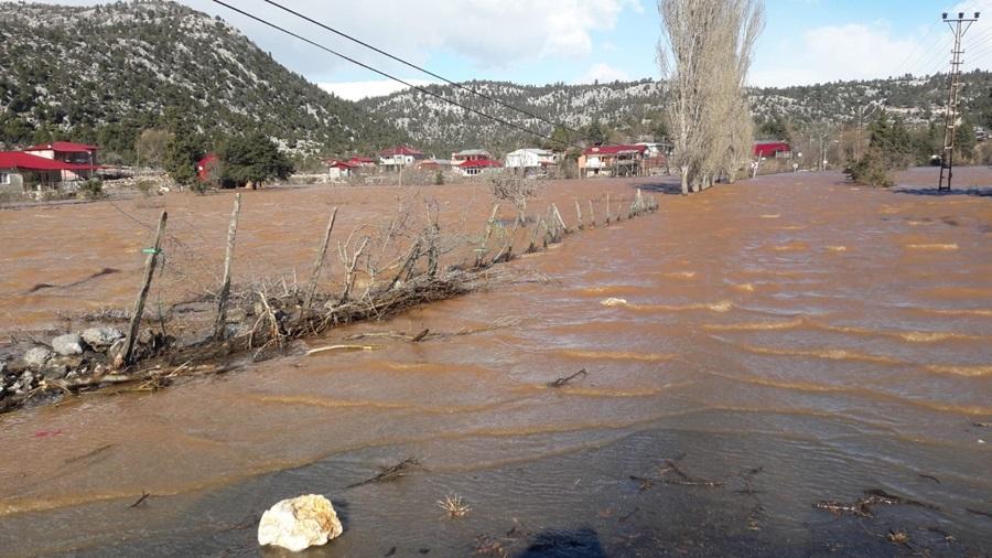 Karaisalı'da 200 ev sular altında kaldı.