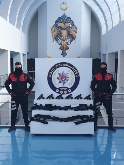 Adana'da araçta 6 ruhsatsız tabanca ele geçirildi