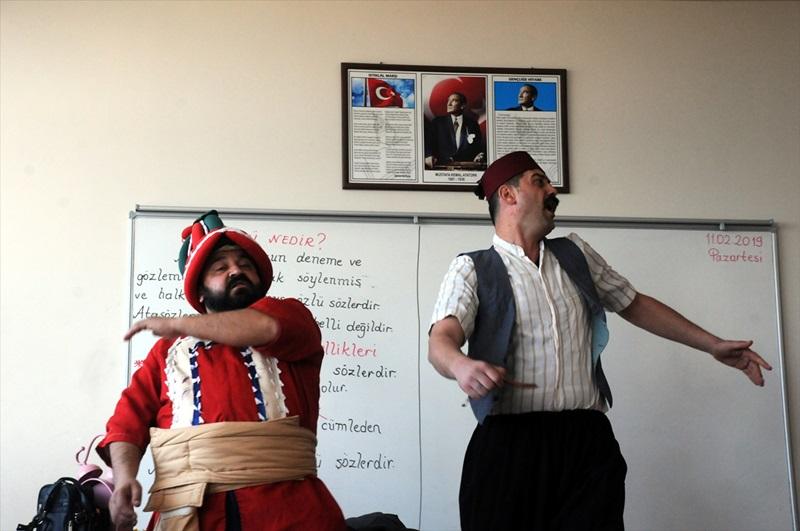 Çocuklar görgü ve ahlak kurallarını tiyatroyla öğreniyor