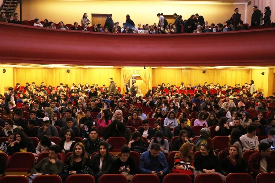 Adana'da terör polisi 450 genci tiyatroya götürdü