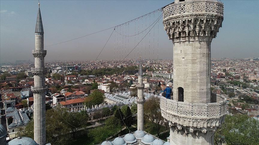 İstanbul camilerinin gerdanlıkları asılıyor