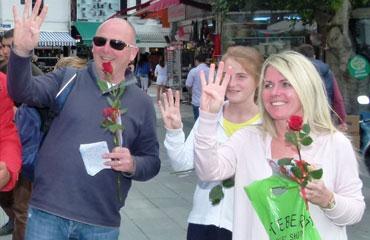 Alman turistlerden Rabia işareti
