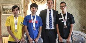 Bakan Selçuk bilgisayar olimpiyat şampiyonlarıyla buluştu
