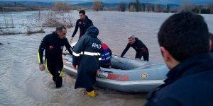 Adana'da taşkında mahsur kalan 2 vatandaş kurtarıldı
