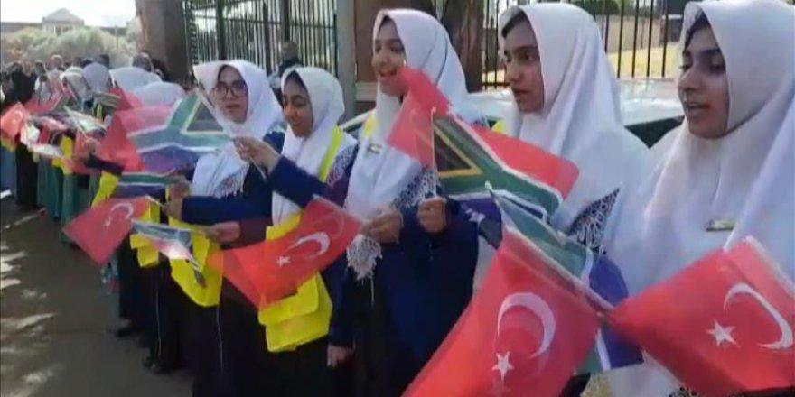 Güney Afrikalı öğrenciler Erdoğan'ı sevgi gösterileriyle karşıladı