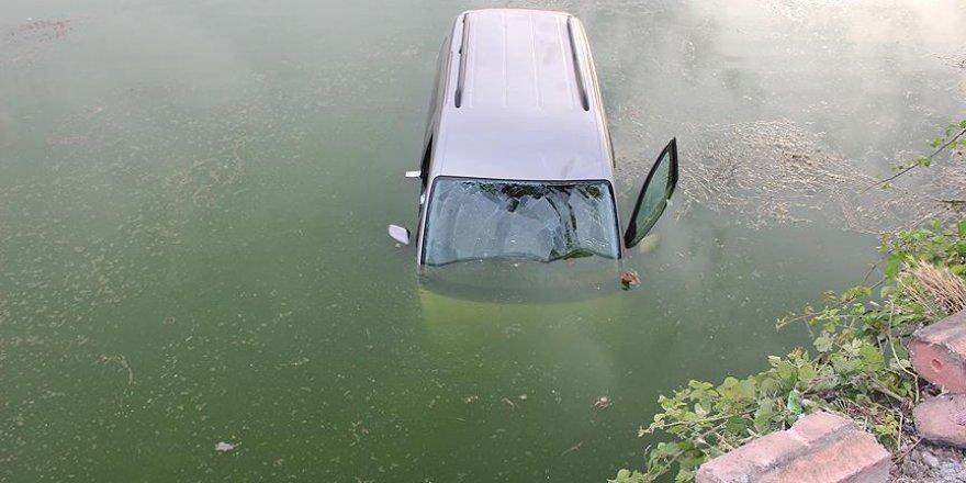 Nehre düşen araçtaki kadını babası kurtardı
